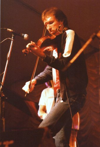 Mark_O'Connor,_bluegrass_musician_on_stage_at_Cambridge_Folk_Festival,_1985